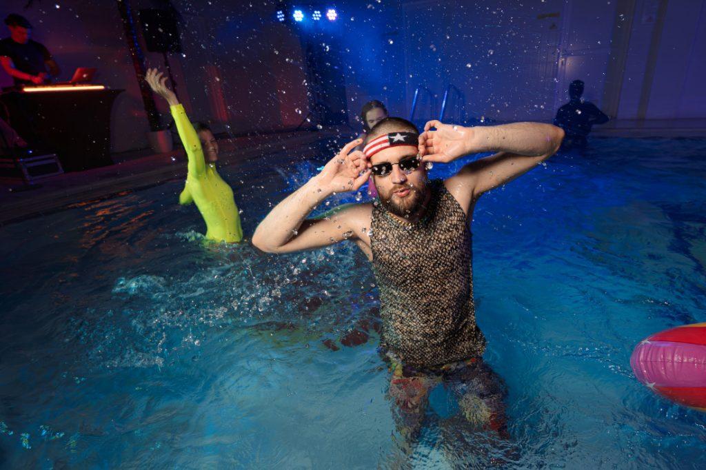 Марис Бока на рейве в бассейне Даугавпилсского Олимпийского центра. Фото: Макар Кириков