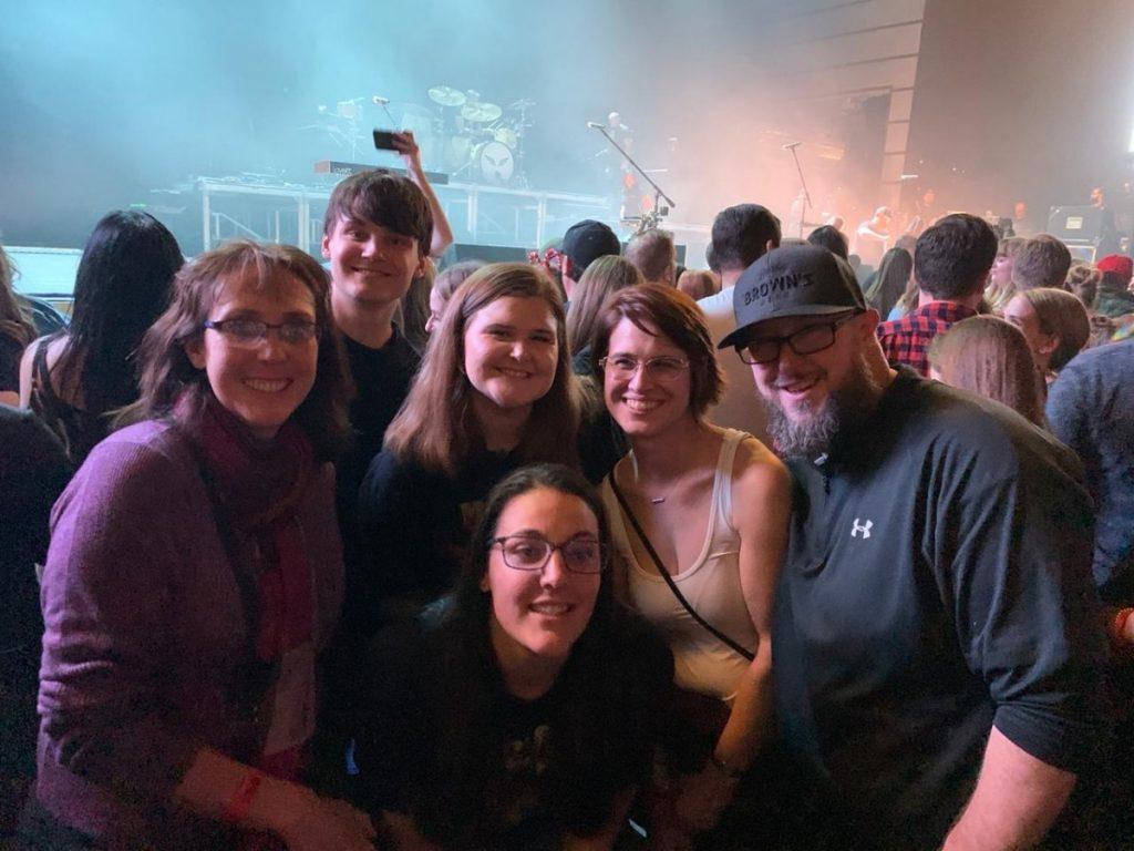 Егор с хост-семьей и друзьями семьи на концерте Mumford&Sons