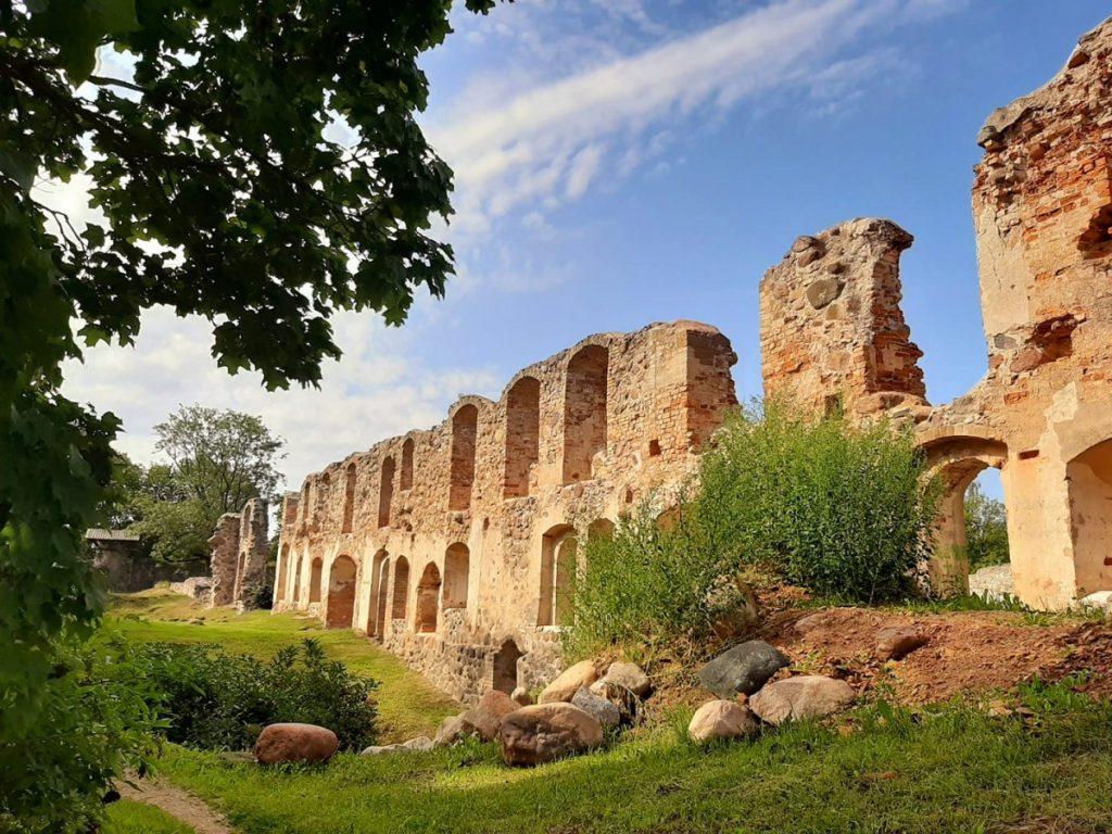 Развалины Добельского замка. Фото: Виктория Трофимова
