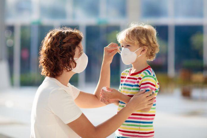 мама и ребенок в масках