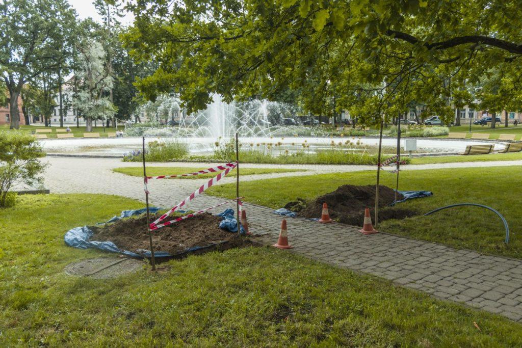 В Парке Дубровина в Даугавпилсе устанавливают колонку с питьевой водой. 2 июля 2020 года. Фото: Евгений Ратков