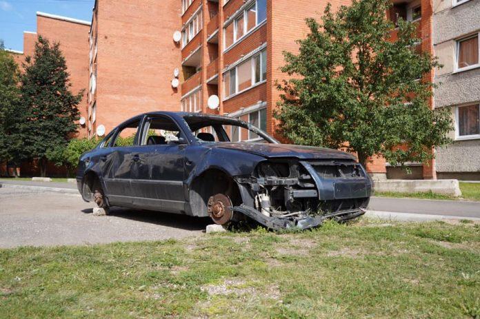 Брошенная машина в Даугавпилсе. Фото со страницы Игоря Прелатова на фейсбуке