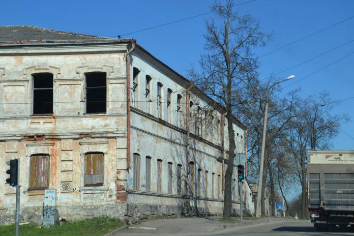 Заброшенное здание на ул. Стацияс, 95 в Даугавпилсе. Фото: Елена Иванцова