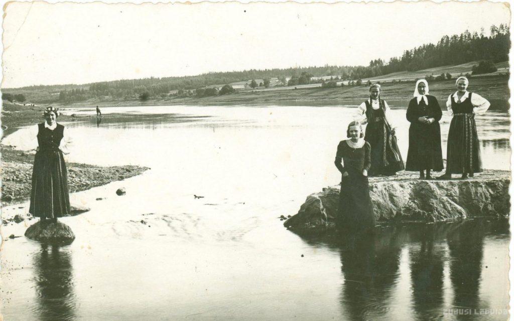 Медсестры Краславской больницы в народных костюмах на берегу Даугавы, в свободное от работы время. 1937 год. Фото: zudusilatvija.lv