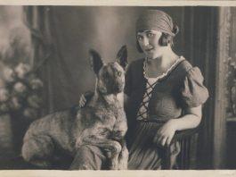 Жительница Стренчи Матильда Дзилна с домашним любимцем Ралифом (Даугавпилс, 1926 год) Фото: zudusilatvija.lv