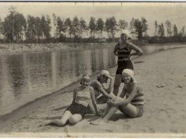 Купальщицы на берегу Гауи, около Стренчи. 1920-е годы. Фото: zudusilatvija.lv
