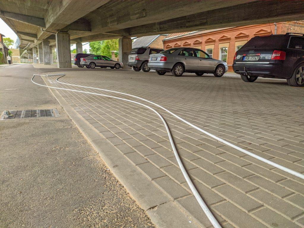 Оборванные кабель и лампа под путепроводом на ул.Смилшу. 12 сентября 2020 года. Фото: Евгений Ратков