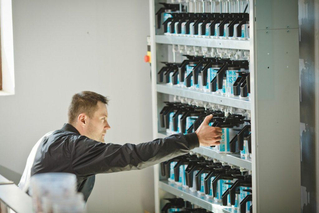 Андрей Юрашс, хозяин магазина автоэмалей Autocolorits. Фото: Сергей Соколов