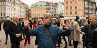Айнарс Миелавс на акции протеста против изменений в системе налогов с авторских гонораров. Рига, 14 октября 2020 года. Фото со страницы Apollo.lv на фейсбуке