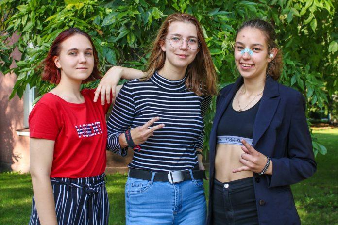 Элина, Лана и Сандра (слева направо), которые рисуют на старой одежде. Фото: Настя Гавриленко