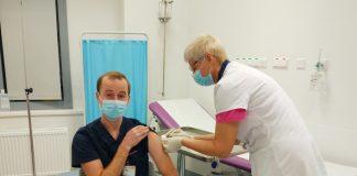 Янис Ветра, один из первых латвийских медиков, сделавших прививку от коронавируса 28 декабря 2020 года. Фото: LTV Ziņu Dienests