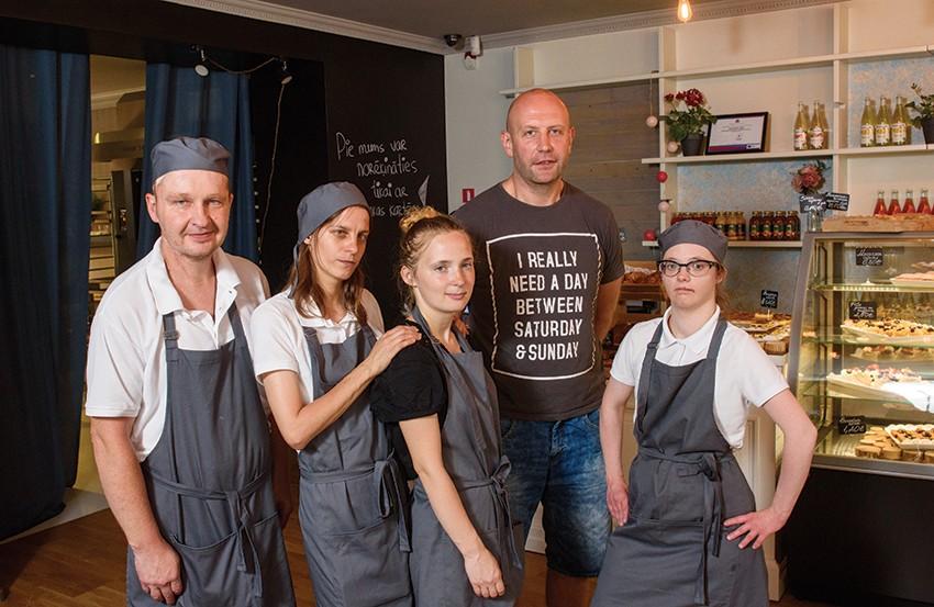 Марис Гравис со своими коллегами в RB Cafe. Фото: Гинтс Ивушканс