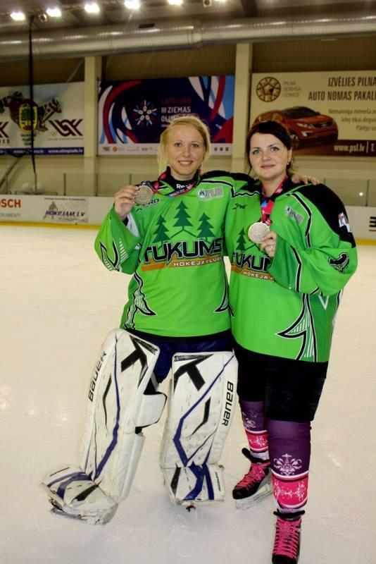 Евгения Соколова и Жанета Катакина (справа) с медалями Латвийской зимней олимпиады. Фото из архива Евгении Соколовой