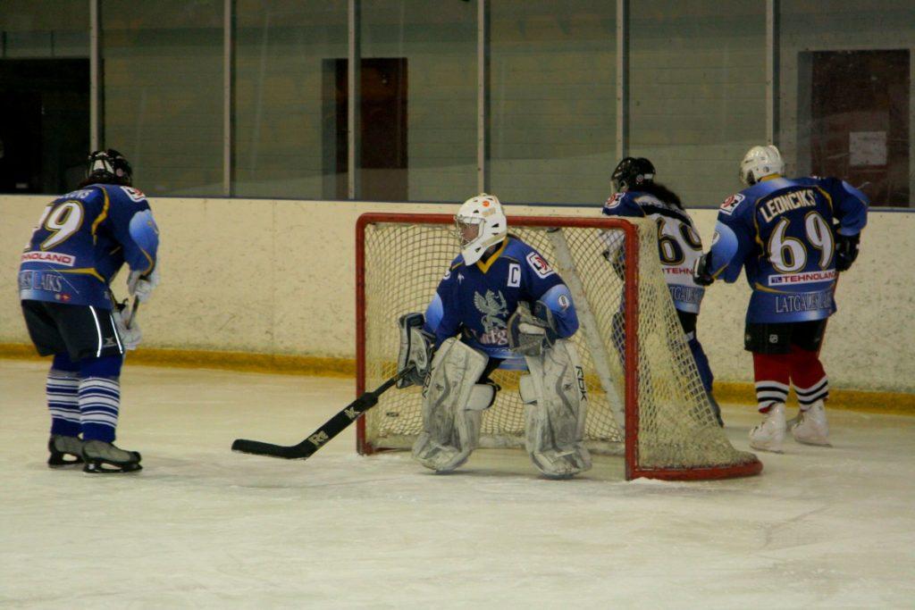 Эвелина Николаева в воротах на женском хоккейном матче 8 марта 2013 года