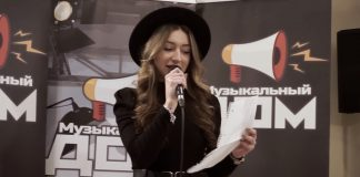 """Юлия Майер презентует свою песню на шоу """"Музыкальный дом"""". Скриншот из пятого выпуска шоу"""