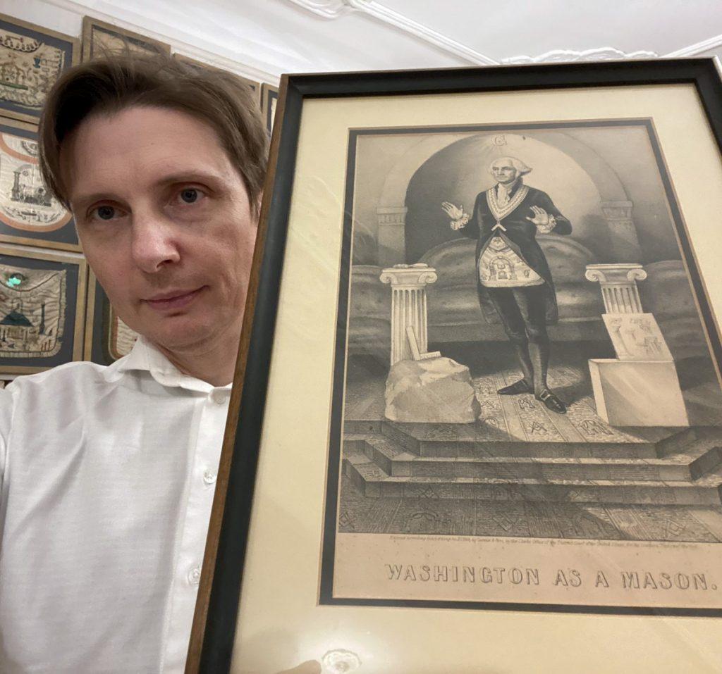 Константин Рубахин с гравюрой первого президента США в масонских регалиях