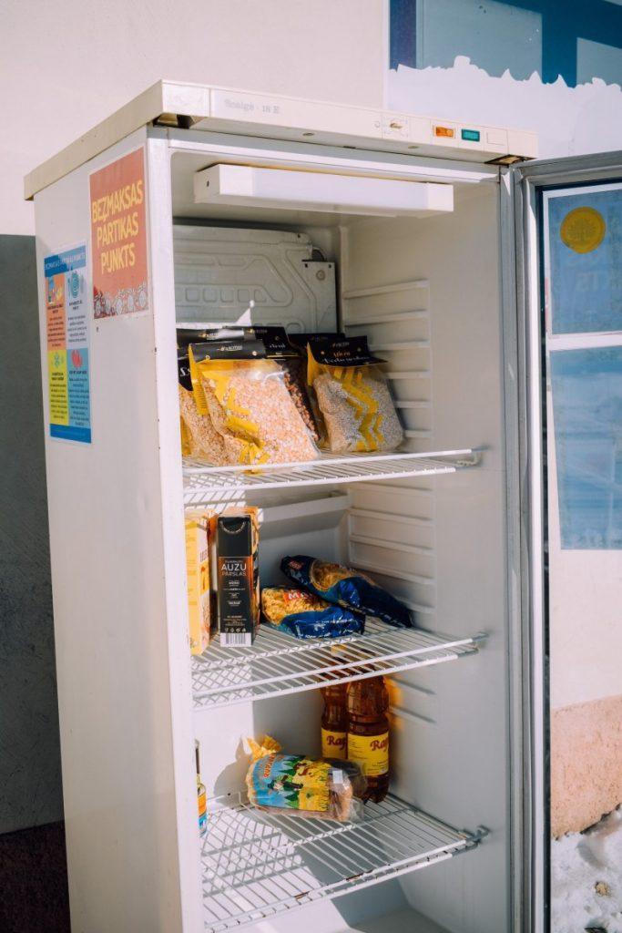 Холодильник для обмена продуктами. Фото: vilaka.lv