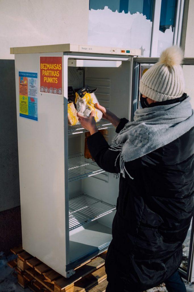 Холодильник для обменя продуктами. Фото: vilaka.lv
