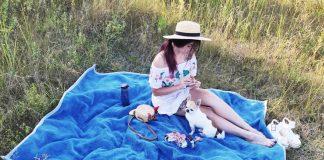Алиса вышивает брошки на природе