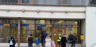 Очередь у почтового отделения в Даугавпилсе по адресу ул. Ригас, 42. 24 февраля 2021 года. Фото: Елена Иванцова