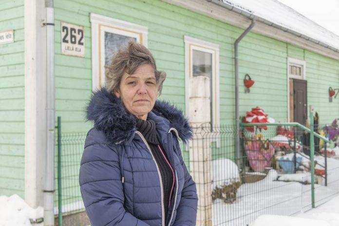 Данута, хозяйка дома, который пострадал в пожаре. Фото: Евгений Ратков