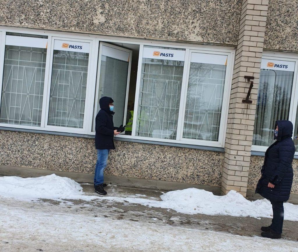 В Кекаве посылки выдают через окно. Фото: Latvijas pasts
