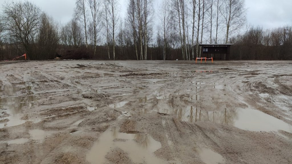 Разбитая дорога на Юдовке в Даугавпилсе. 27 февраля 2021 года. Фото: Ирена Вилциня