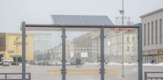 Солнечные панели на остановках в Даугавпилсе. 12 марта 2021 года. Фото: Евгений Ратков