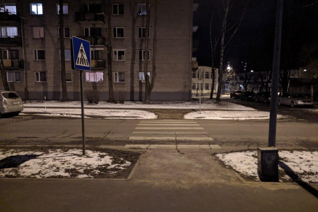 Пешеходный переход на улице Ятниеку. 11 марта 2021 года. Фото: Евгений Ратков