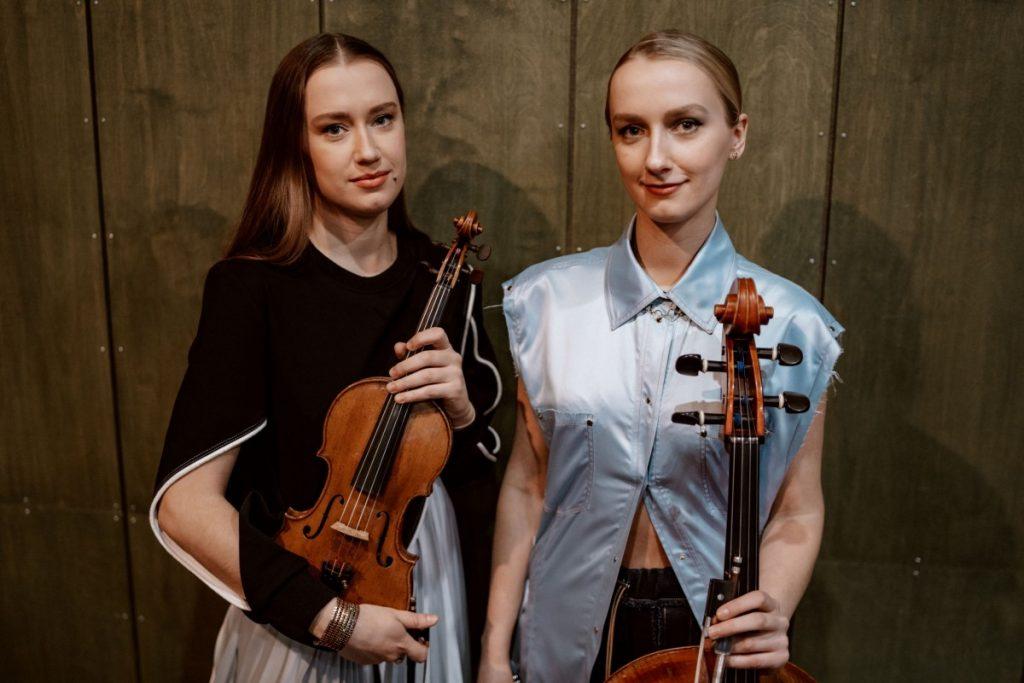 Кристине (скрипка) и Маргарита (виолончель) Баланас. Фото: Эдийс Андерсонс
