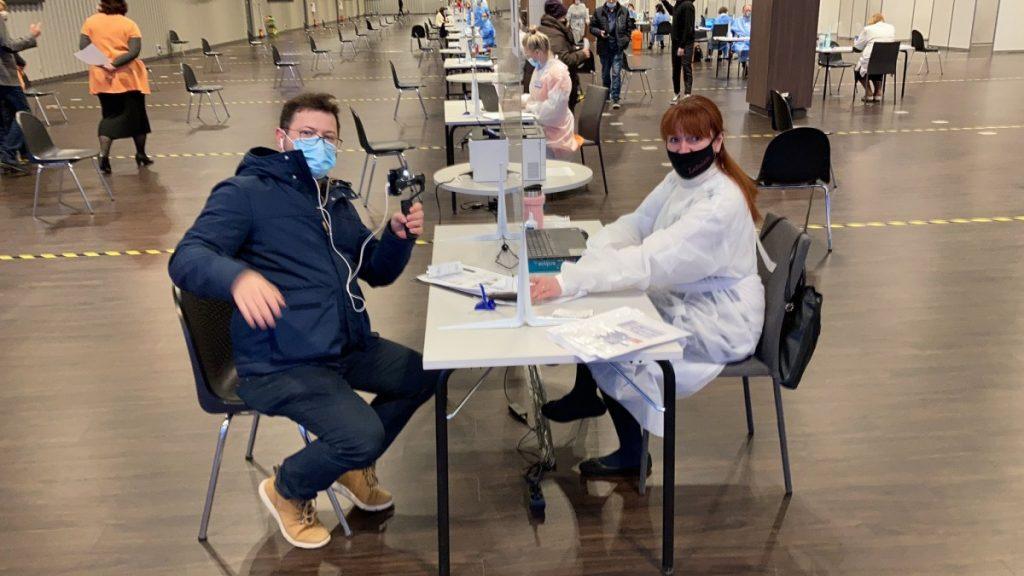 Алексей Дунда на вакцинации. Фото со страницы министра здравоохранения Даниэля Павлютса в Твиттере