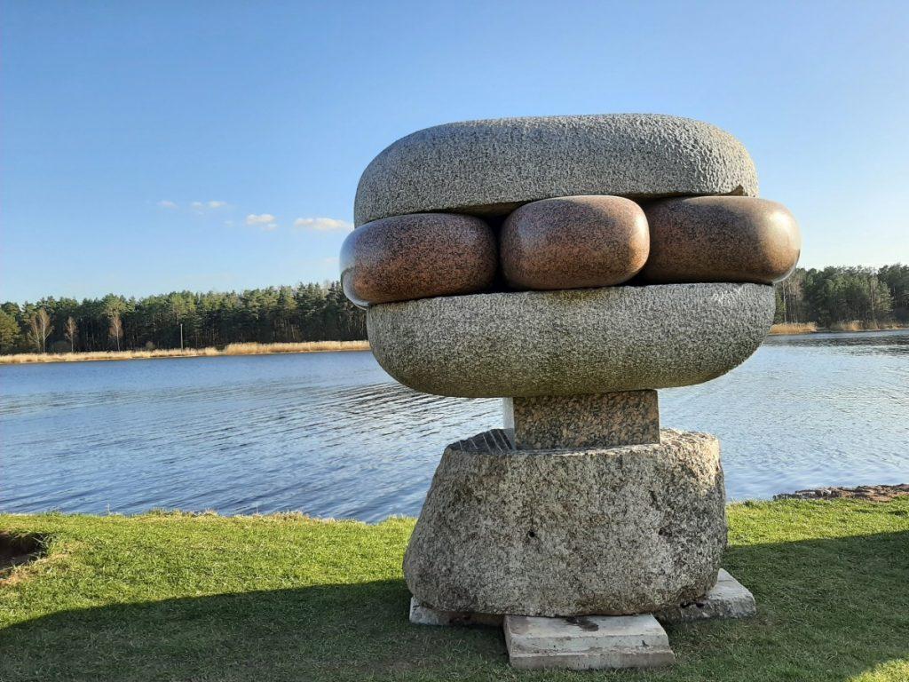 Скульптуры Паула Яунземса в Вакарбулли. Фото: paulsjaunzems.lv