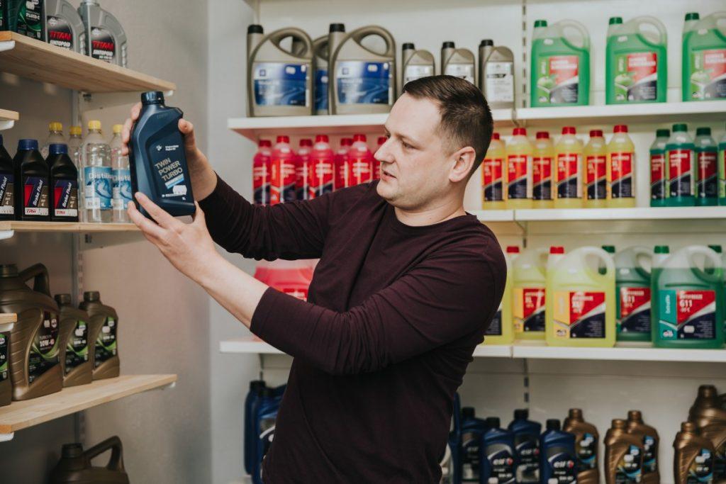 Максим Терентьев. Магазин MaxOil в Даугавпилсе. Фото: Ирина Маскаленко