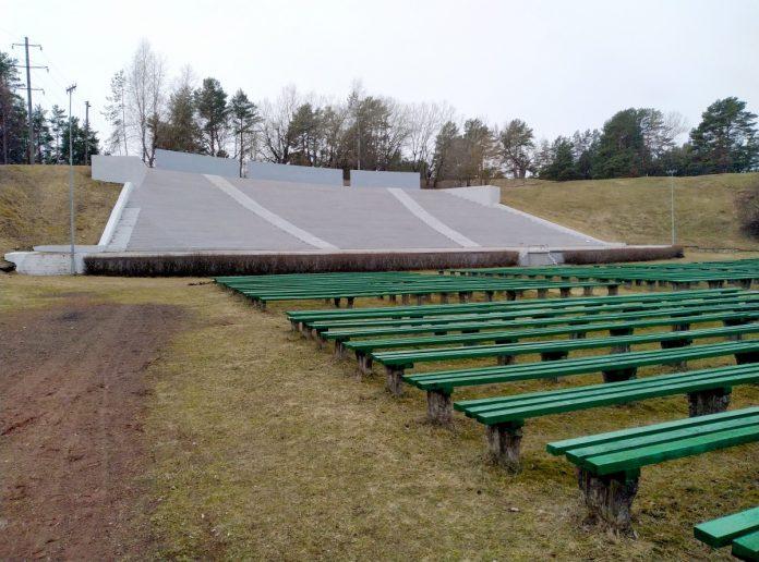 Эстрада в Стропах. 4 апреля 2021 года. Фото: Елена Иванцова