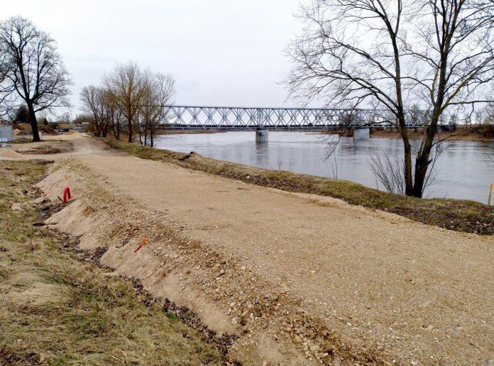 Строительство променада вдоль Даугавы напротив Даугавпилсской крепости. Апрель 2021 года. Фото: Елена Иванцова