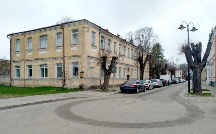 Старое здание начальной школы на ул. Музея, 3. Фото: Елена Иванцова (26 апреля 2021 года)