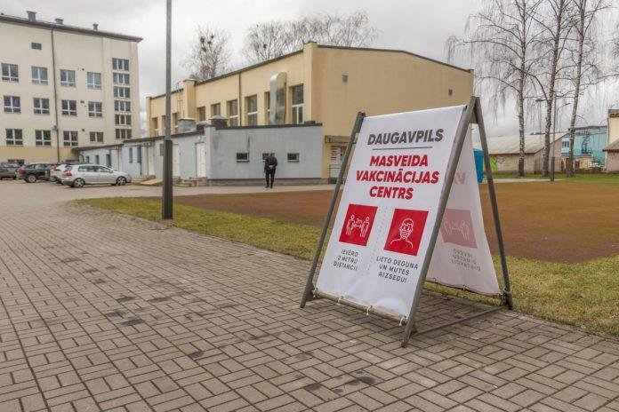 Центр вакцинации в Даугавпилсе (ул. Парадес, 7). 3 апреля 2021 года. Фото: Евгений Ратков