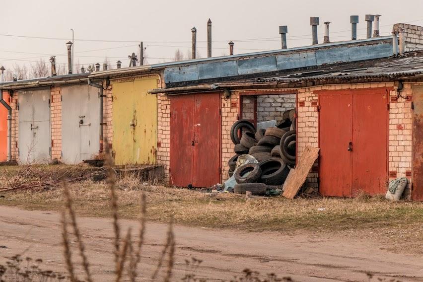 Свалка на территории гаражей по ул. Дундуру в Даугавпилсе. 10 апреля 2021 года. Фото: Евгений Ратков
