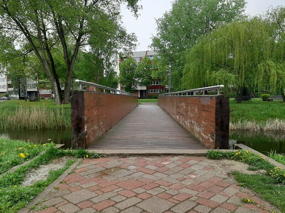 Мост в Сквере около Олимпийского центра в Даугавпилсе, май 2021 года. Фото: Елена Чурсина