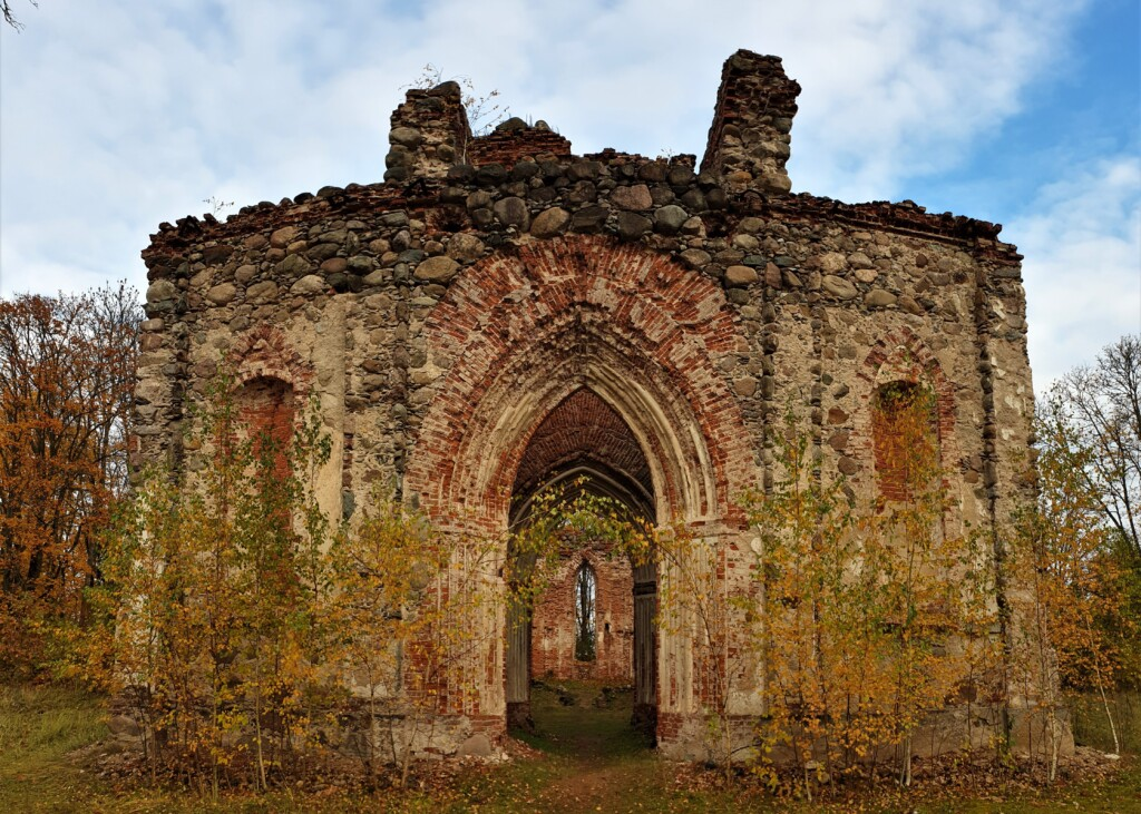 Руины лютеранской церкви в Вецкалснаве