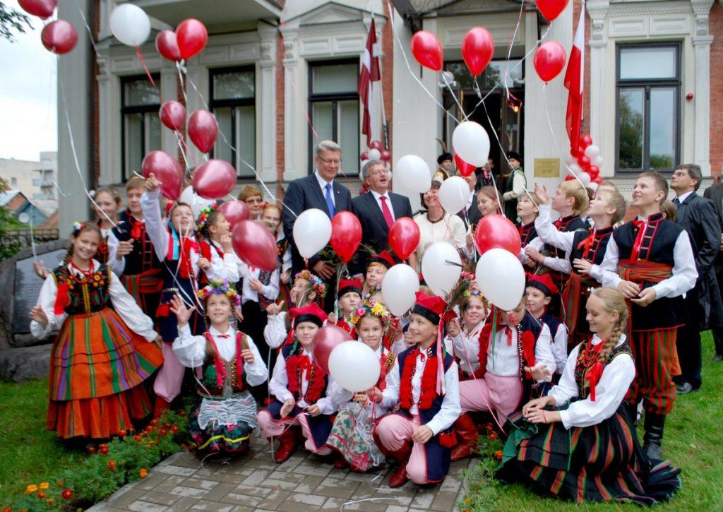 Бронислав Коморовский и Валдис Затлерс в Центре польской культуры. Фото Елены Иванцовой