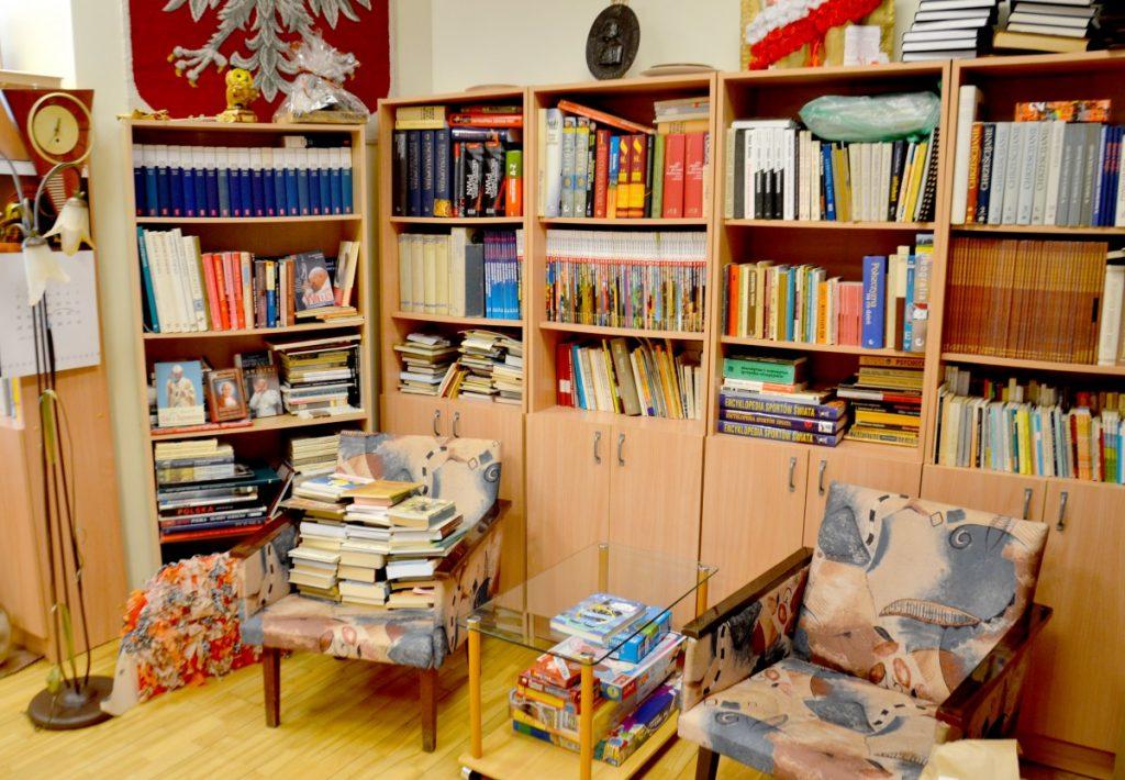 В библиотеке центра занимаются дети из Польской хатки. Фото Елены Иванцовой