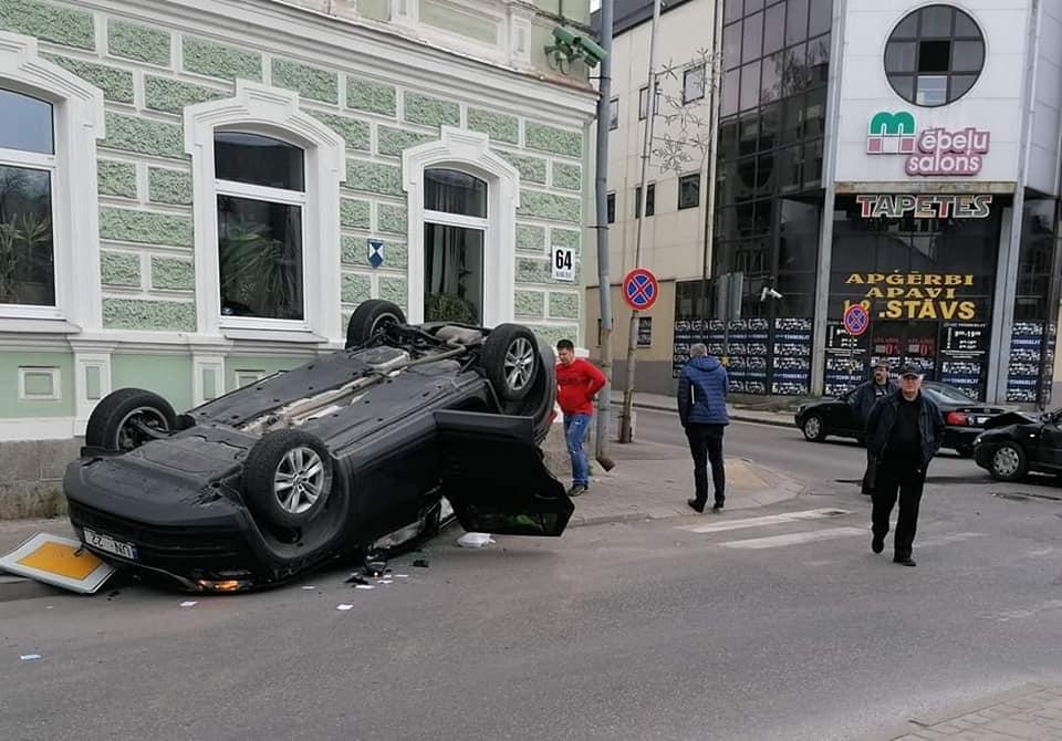 Авария на перекрёстке улиц Саулес и Алеяс в Даугавпилсе. 28 апреля 2020 года. Фото: Александр Барбакадзе