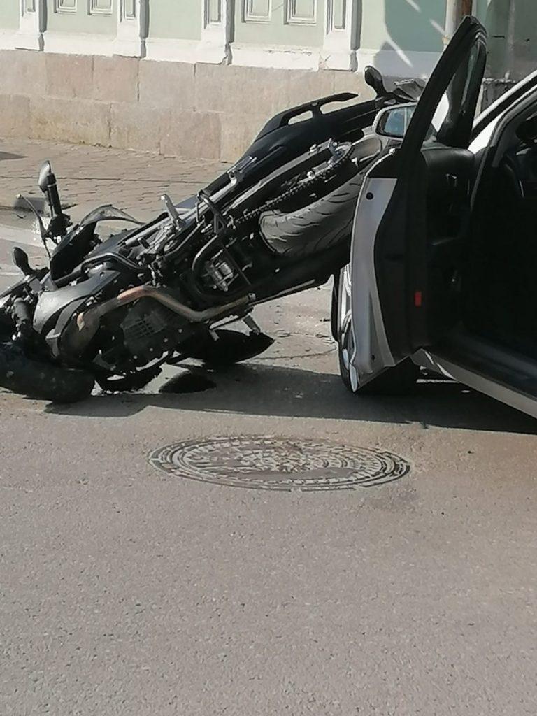 Авария на перекрёстке улиц Саулес и Алеяс в Даугавпилсе. 27 мая 2021 года. Фото очевидца
