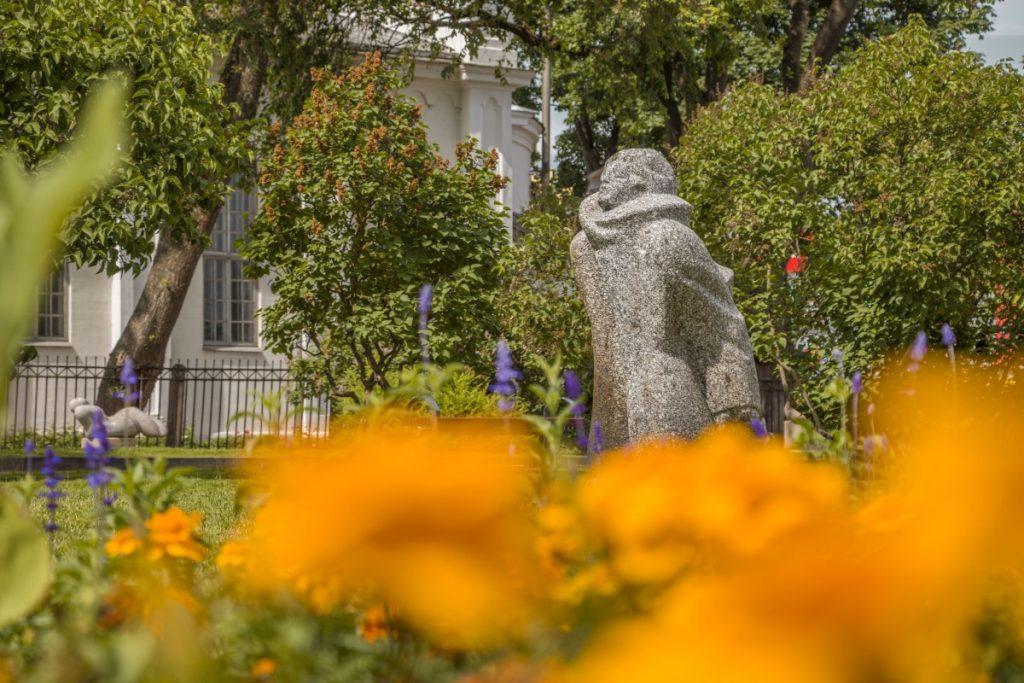 Скульптуры Елены Волковой в Даугавпилсе. Июнь 2021 года. Фото: Евгений Ратков