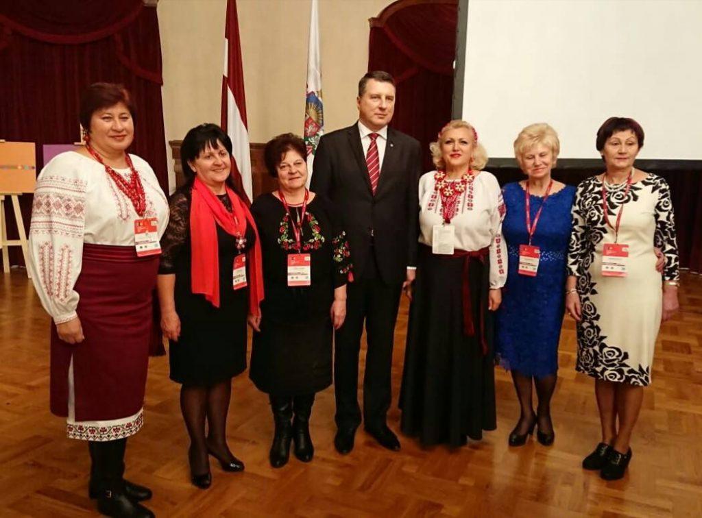 Надежда Стаховская с коллегами из национальных обществ на встрече с экс-президентов Латвии Раймондом Вейонисом