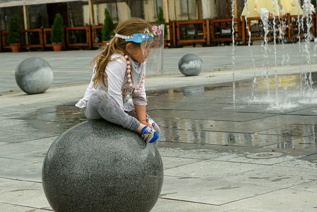 Маленькая девочка в маске. Фото: pixabay.com