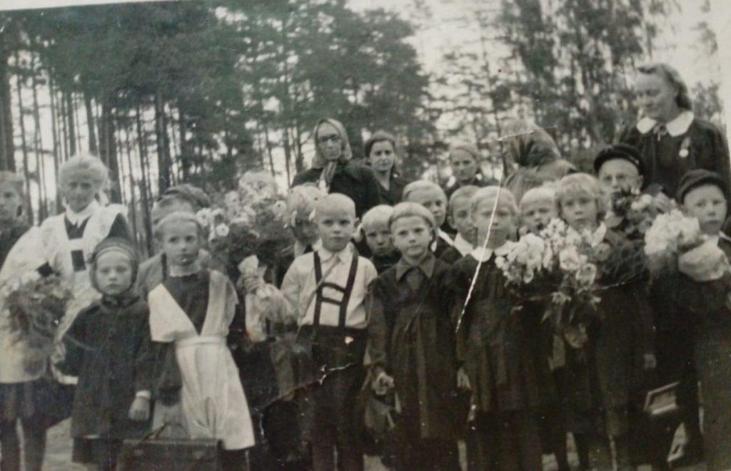 1 сентября 1953 года, Тамара Дорофеева (в девичестве Куштурная) идёт в первый класс Межциемской школы. Фото из личного архива Тамары