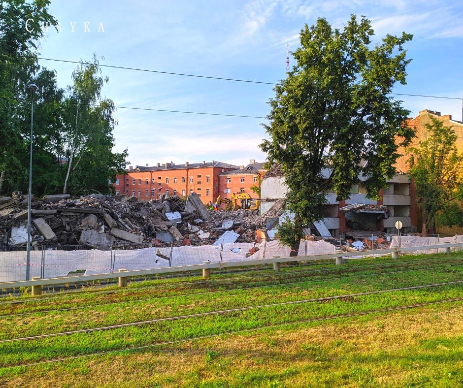 Снесли здание бывшего общежития ЛРЗ в Даугавпилсе. 14 июля 2021 года. Фото: Евгений Ратков