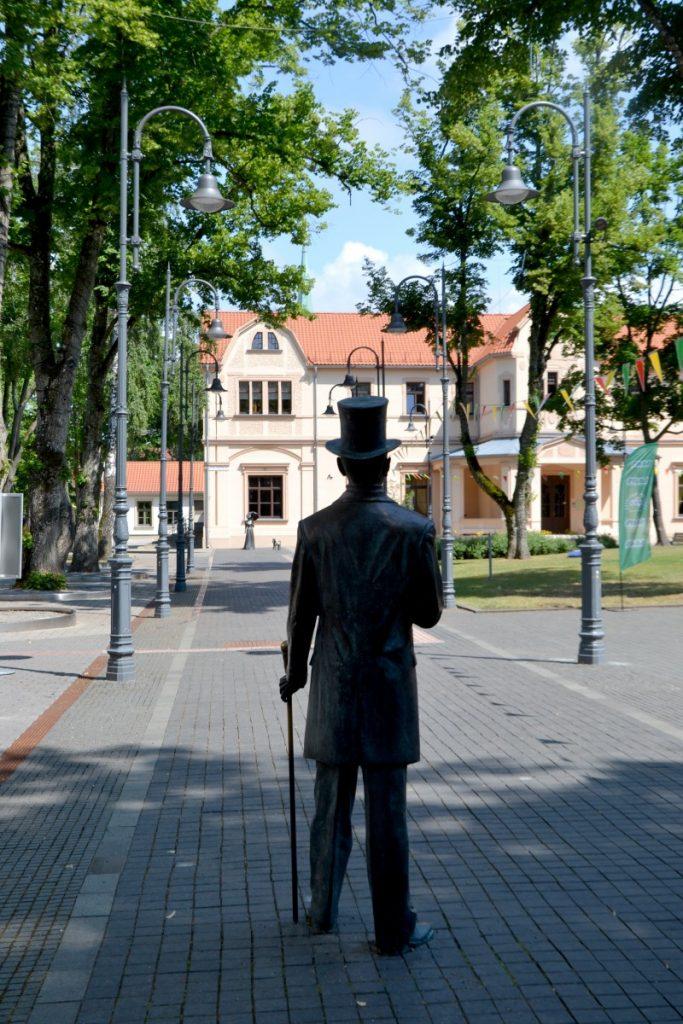 Граф Тышкевич идет навстречу своей супруге. Паланга, июль 2021 года. Фото: Елена Иванцова